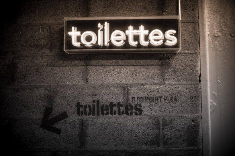 letrero-toilettes-le-quotidien